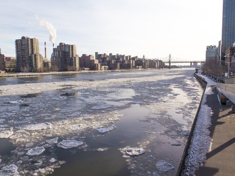 De Rivier van het oosten in Hoger Oost- Zij Bevroren Manhattan stock foto's