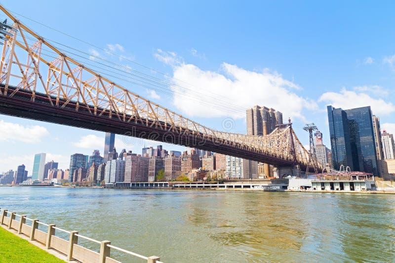 De Rivier van het oosten, Manhattan en Queensboro-Brug op een zonnige ochtend stock foto's