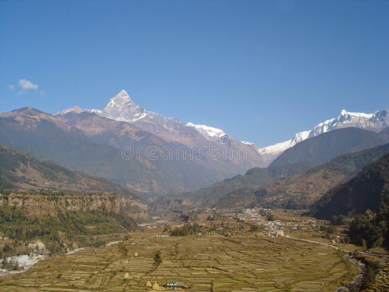 de rivier van het pokharadorp van bergnepal stock fotografie