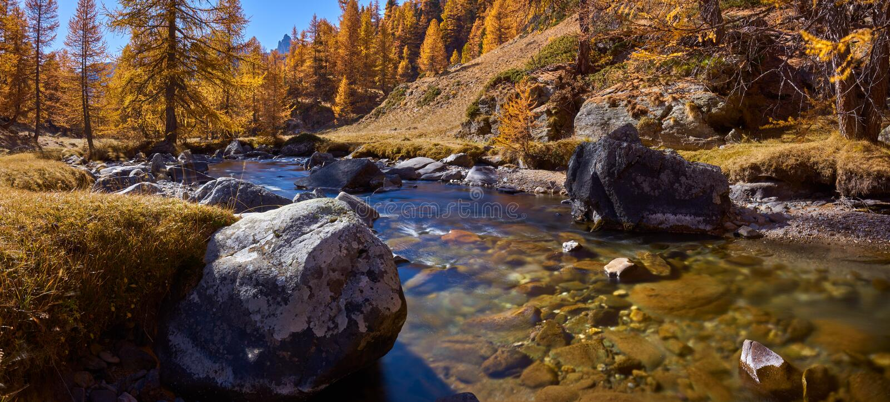 De rivier van La ClareÌ  e in volledige Daling kleurt panoramisch La ClareÌ  e, NeÌ  van Hautevalleì  e DE vache, Hautes-Alpe stock fotografie