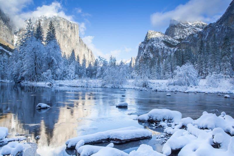 De Rivier van Merced van de Yosemitevallei Rustige de winterscène stock afbeeldingen