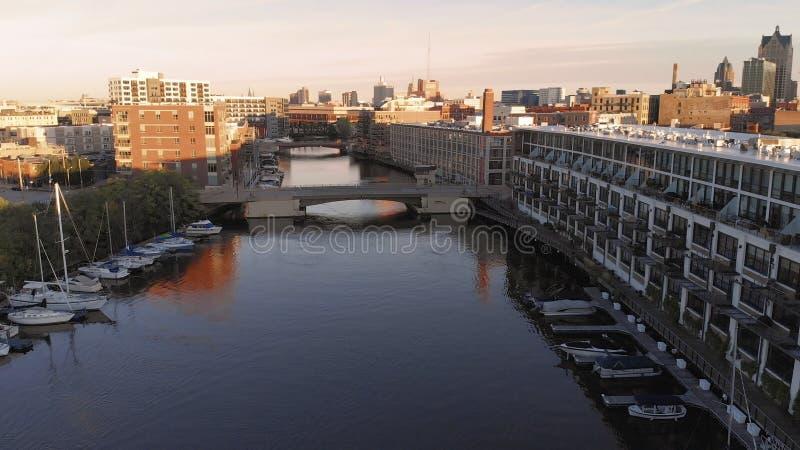 De rivier van Millwaukee in districten van de binnenstad, de haven van Millwaukee, Wisconsin, Verenigde Staten Onroerende goedere royalty-vrije stock foto