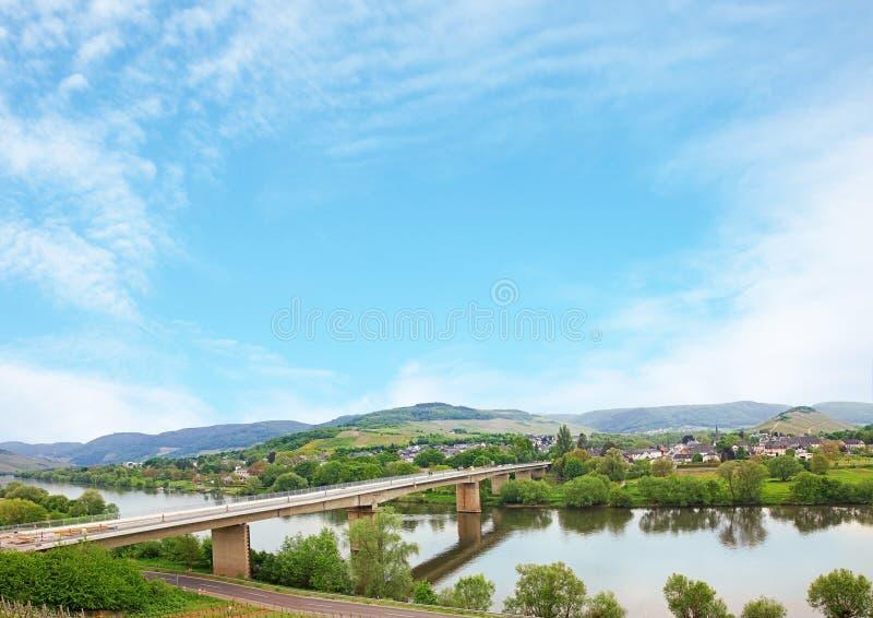 De rivier van Moezel bij de lente, blauwe hemelachtergrond stock fotografie