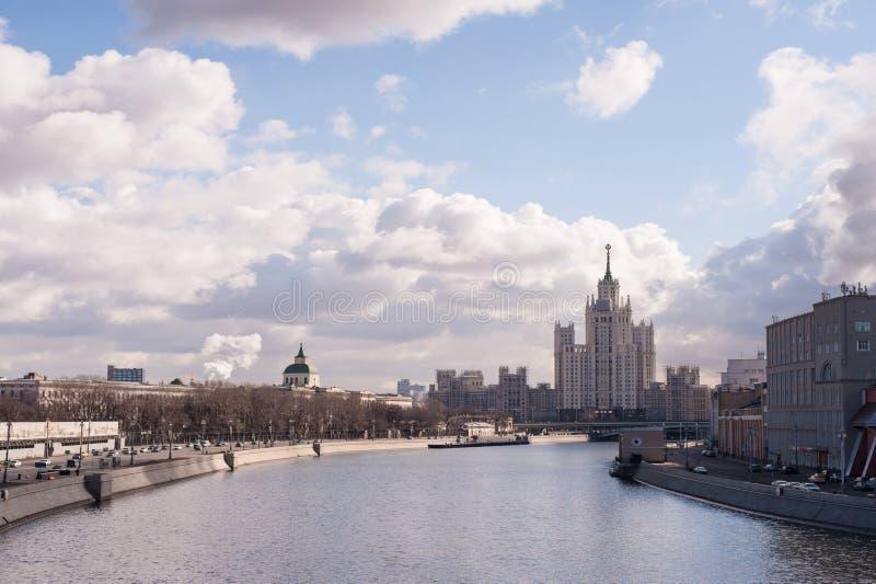 De rivier van Moskou en blauwe hemel royalty-vrije stock foto's