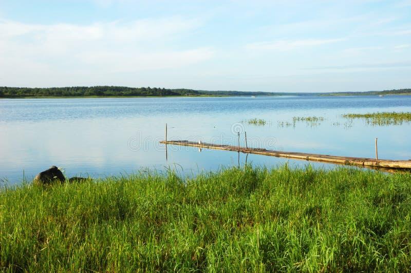 De rivier van Onega in Kargopol stock afbeeldingen