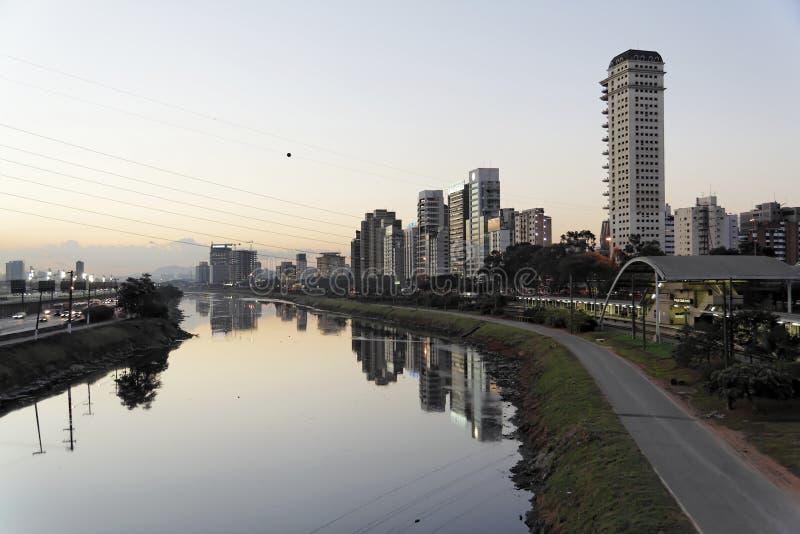 De Rivier van Pinheiros in 's nachts Sao Paulo stock foto's