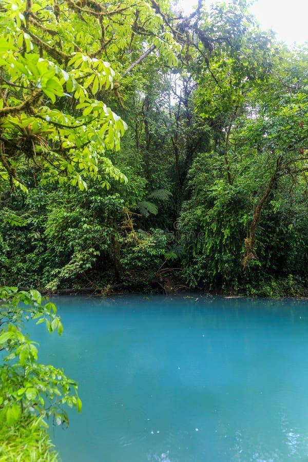 De rivier van Rio celeste bij mistige dag royalty-vrije stock afbeeldingen