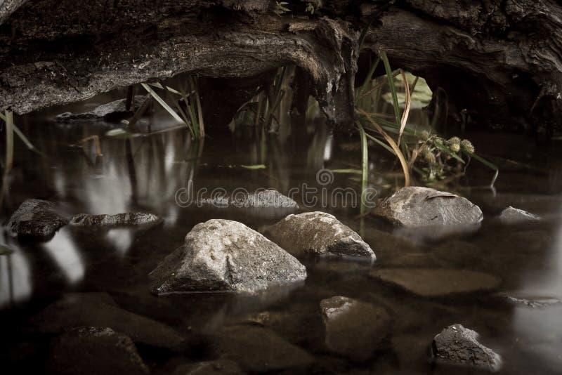 De Rivier van rivierstenen met glans van de rotsen van de zonrivier royalty-vrije stock afbeeldingen