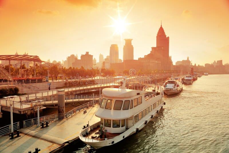 De Rivier van Shanghai Huangpu met boot royalty-vrije stock foto