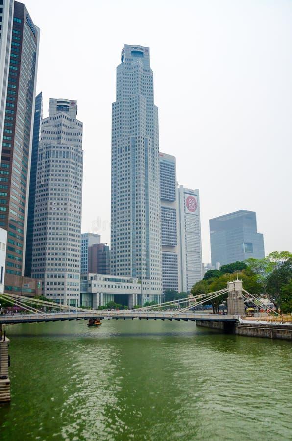 De Rivier van Singapore, Cavenagh-Brug en centraal bedrijfsdistrict op witte achtergrond stock afbeeldingen
