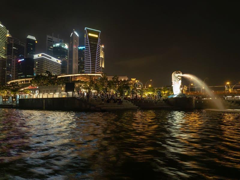 De rivier van Singapore die van een boot van de nachtcruise wordt gezien royalty-vrije stock foto