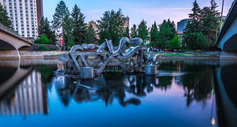 De Rivier van Spokane in Park Riverfront met Klokketoren stock afbeeldingen