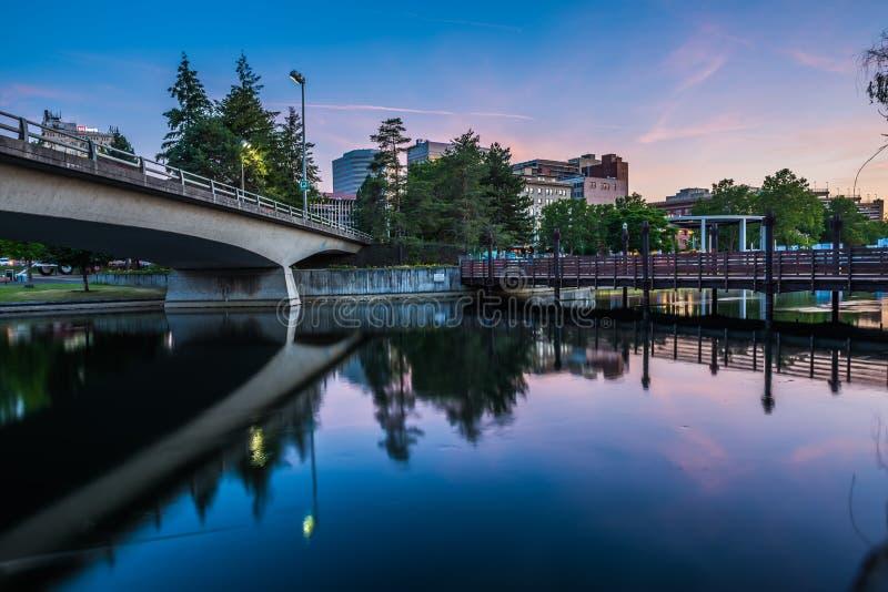 De Rivier van Spokane in Park Riverfront met Klokketoren stock foto's