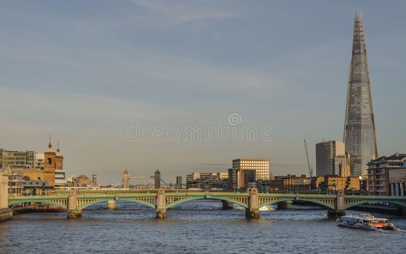 De rivier van Theems en cityscape van Londen in de avond royalty-vrije stock fotografie