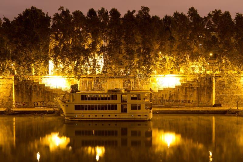 Download De Rivier van Tiber stock afbeelding. Afbeelding bestaande uit verlicht - 29508649