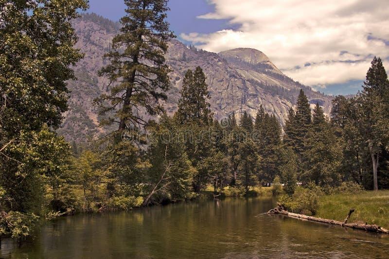 Download De Rivier van Yosemite stock afbeelding. Afbeelding bestaande uit bergen - 10776609
