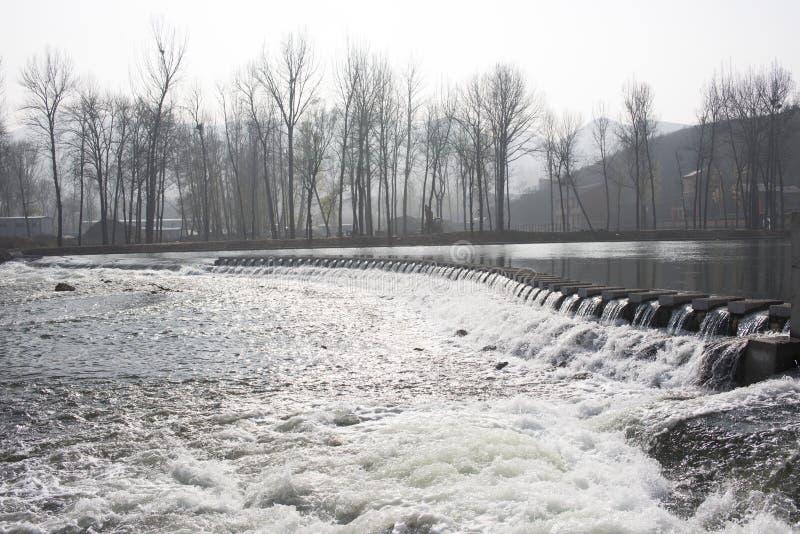 De rivier in de winter stock afbeelding