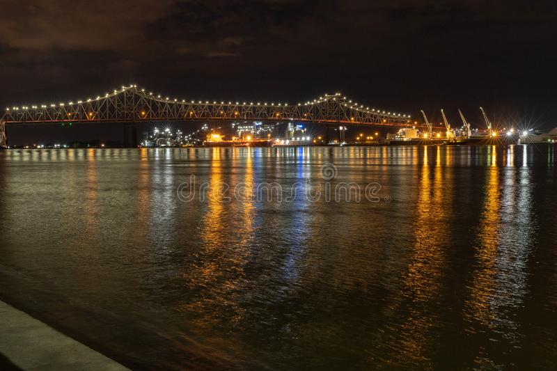 De Rivierbrug van de Mississippi bij nacht in Baton Rouge, Louisiane royalty-vrije stock foto