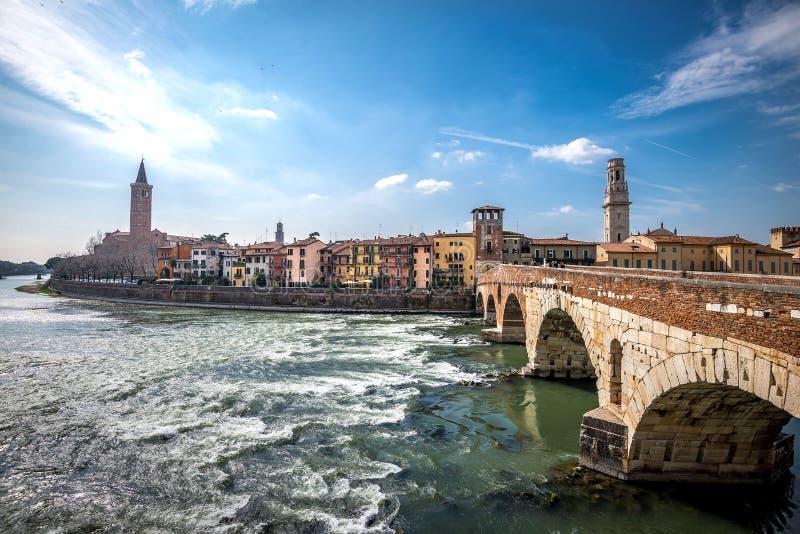 De riviercityscape van Verona, Italië royalty-vrije stock afbeeldingen