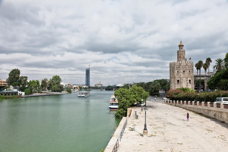 De Rivierdijk van Guadalquivir en Gouden toren (Torre del Oro) stock fotografie