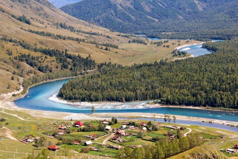 De rivieren Katun en Kucherla dichtbij het dorp van Tungur, Altai, stock afbeeldingen