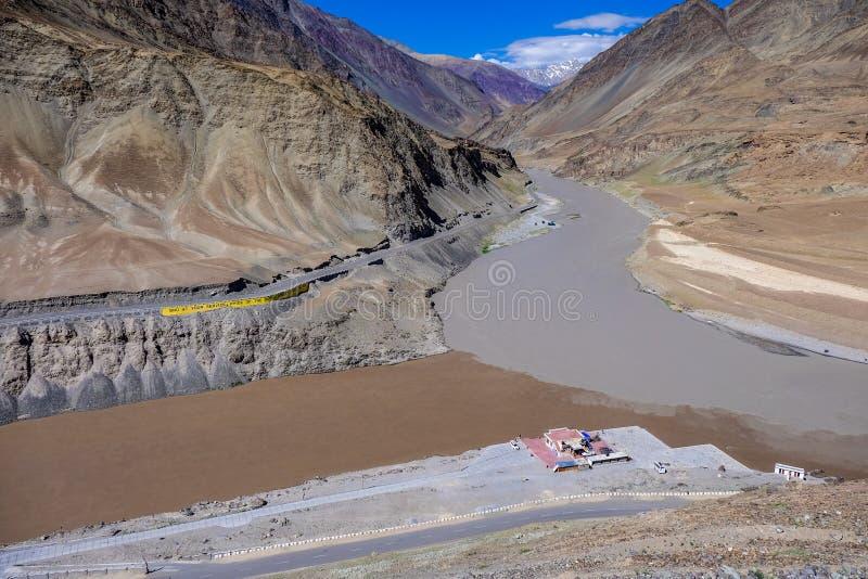 De Rivieren van Indus en Zanskar-in Leh-District, India stock foto
