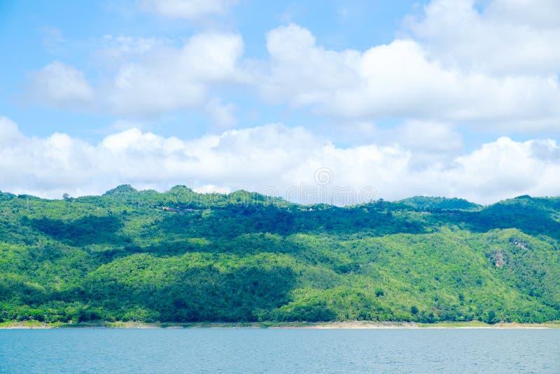 De rivierhemel van het bergenmeer en natuurlijke aantrekkelijkheden royalty-vrije stock fotografie