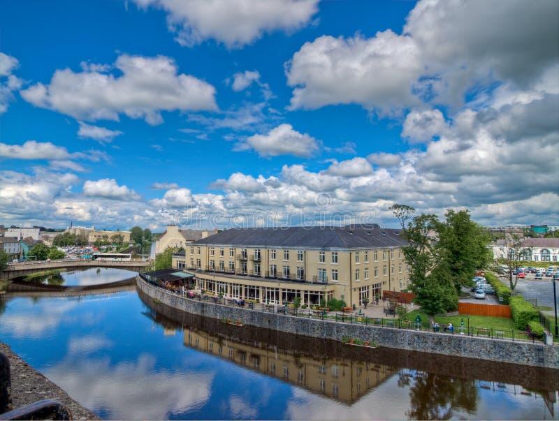 De Rivierhof van Kilkenny Hotel zoals die van het Kasteel van Kilkenny wordt gezien Kilkenny, Ierland royalty-vrije stock afbeeldingen