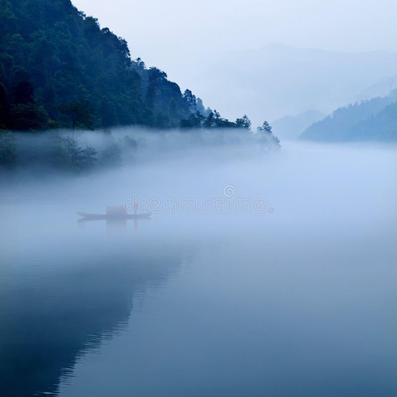 De rivierlandschap van de mist in ochtend royalty-vrije stock afbeelding