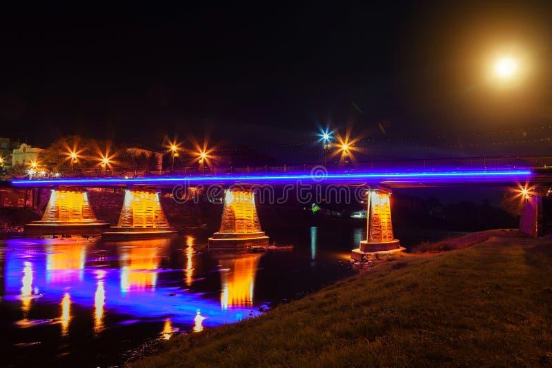 de rivierlichten van Uzhgorod de Oekraïne van de voetgangersbrugnacht stock fotografie