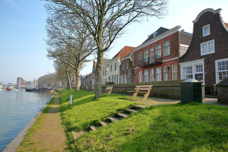 De rivieroever van Muiden met traditioneel huizen en Muiderslot-Kasteel op de achtergrond, Muiden royalty-vrije stock foto's