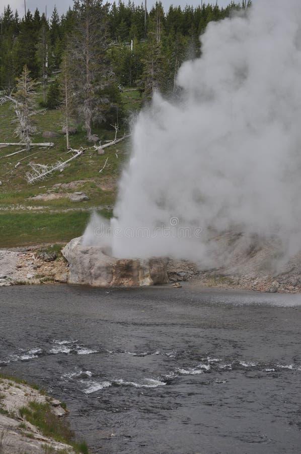 De rivieroevergeiser van het Yellowstone nationale park royalty-vrije stock afbeelding