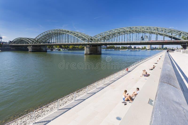De Rivierpromenade van Keulen en Brug, Duitsland, redactie stock fotografie