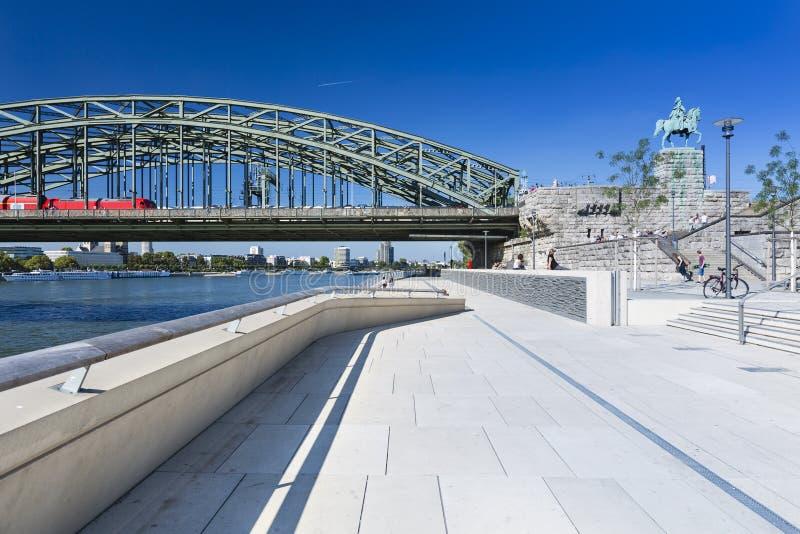 De Rivierpromenade van Keulen en Brug, Duitsland, redactie royalty-vrije stock foto