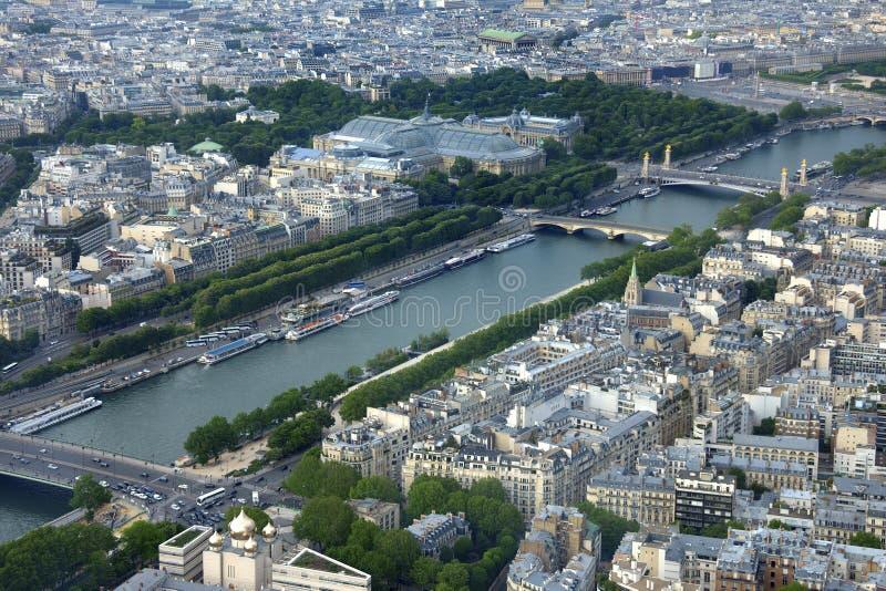 De Rivierzegen en de de stadsarchitectuur van omringend Parijs, Frankrijk die van de Toren van Eiffel wordt bekeken stock afbeelding