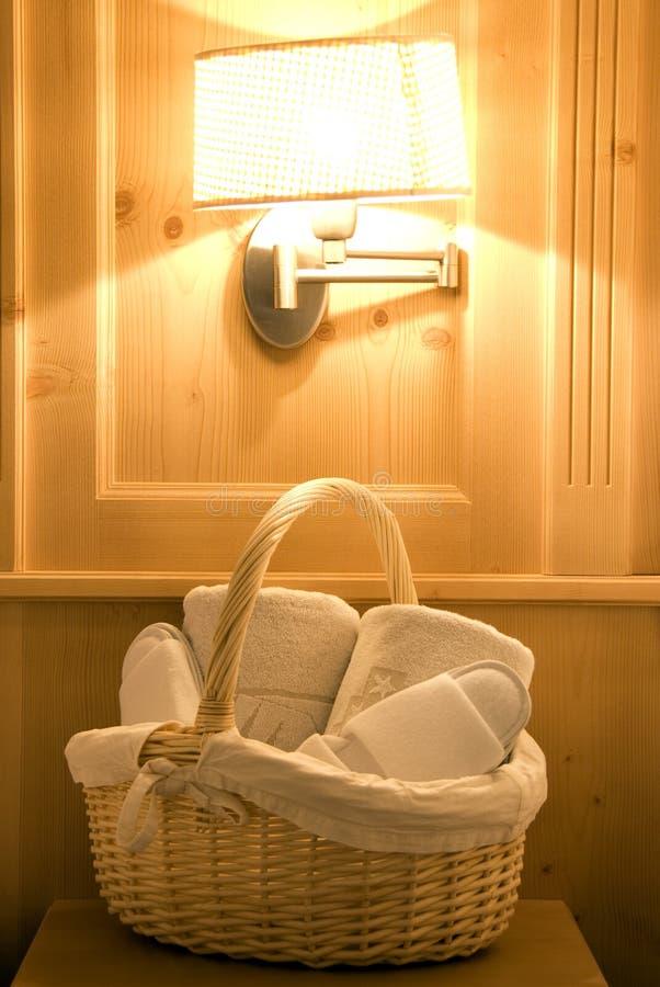 De robes en de pantoffels van de badkamers stock afbeeldingen