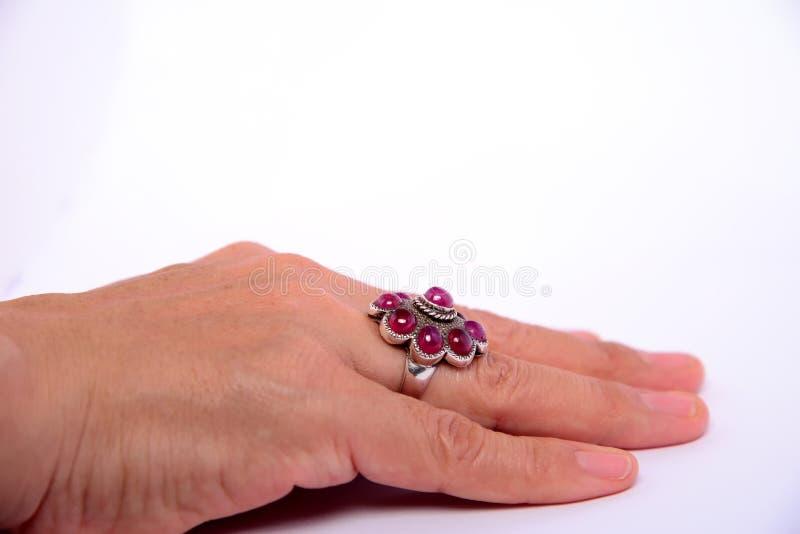 De Robijnrode ring van het schoonheidshuwelijk op ringvinger stock foto's