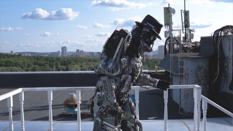 De robot beweegt zijn handen op achtergrond van stadshorizon en blauwe hemel lengte Concept technologieën met kunstmatig royalty-vrije stock afbeelding