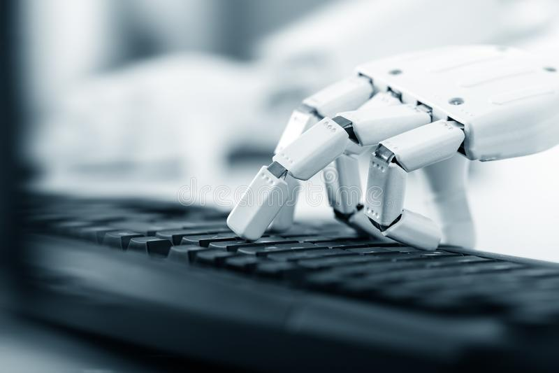 De robot gebruikt het toetsenbord van een computer stock fotografie