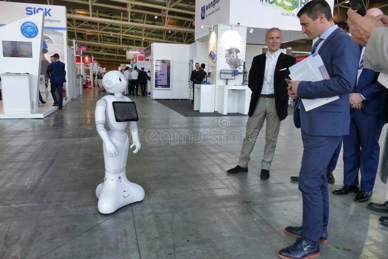 De robot van de Softbankpeper verleent hulp in automatiseringsmarkt stock afbeeldingen