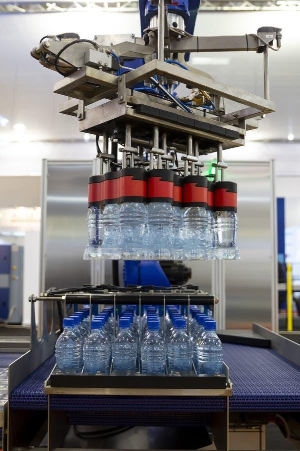 De robotachtige flessen van het wapenwater royalty-vrije stock foto's
