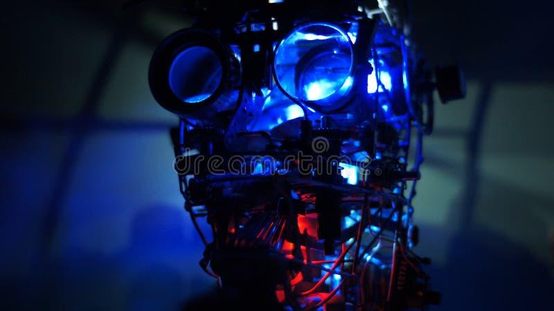 De robothoofd van het stoom punkmetaal met blauwe dichte omhooggaand als achtergrond royalty-vrije stock foto's