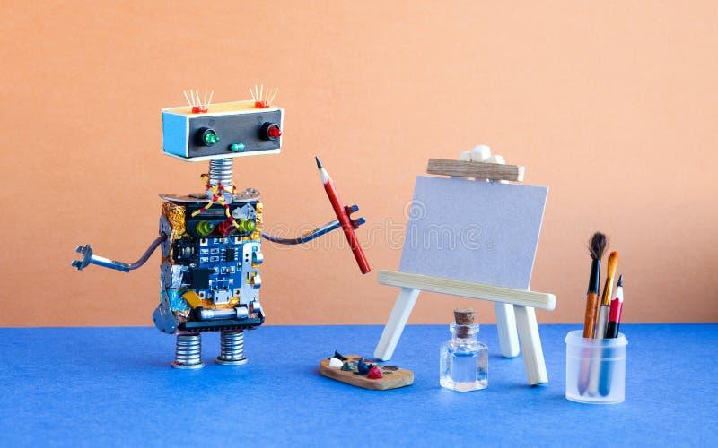 De robotschilder begint een tekening met een potlood te creëren Witboekmodel, houten schildersezel en de hulpmiddelenpalet van de royalty-vrije stock foto's