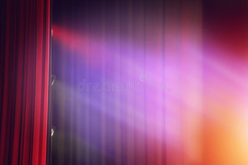 De rode achtergrond van het gordijntheater met licht stock fotografie