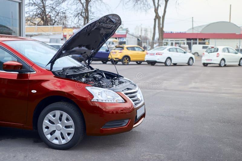 De rode auto splitste op royalty-vrije stock fotografie
