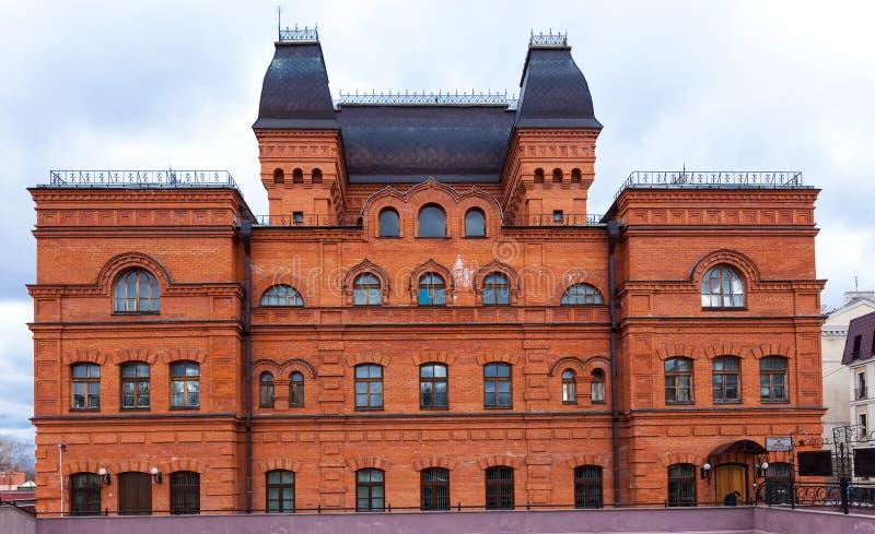 De rode baksteenbouw is het Mogilev-Dramatheater Wit-Rusland, Mogilev, April royalty-vrije stock foto