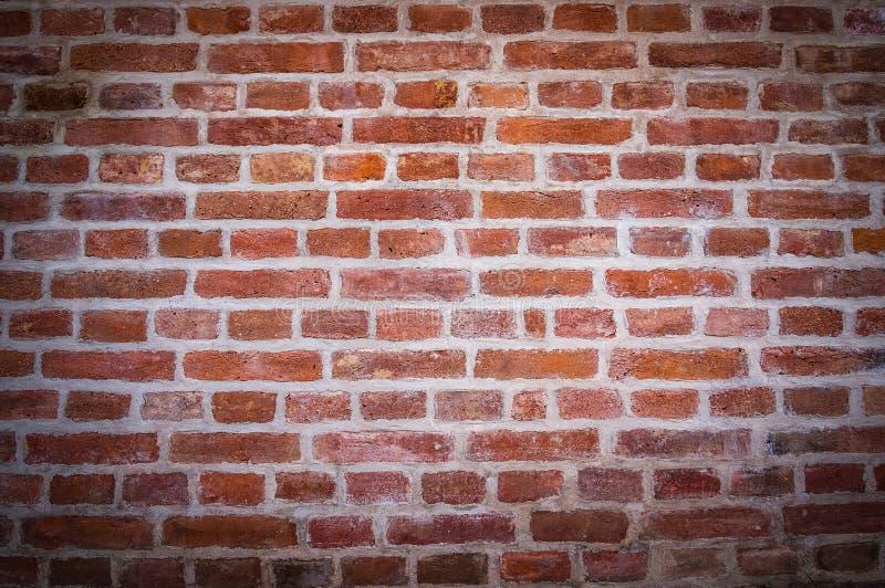 De rode bakstenen muurachtergrond met vignetted hoeken stock foto's