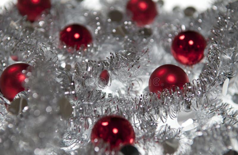 De rode bal van Kerstmis in Zilveren slinger royalty-vrije stock afbeeldingen