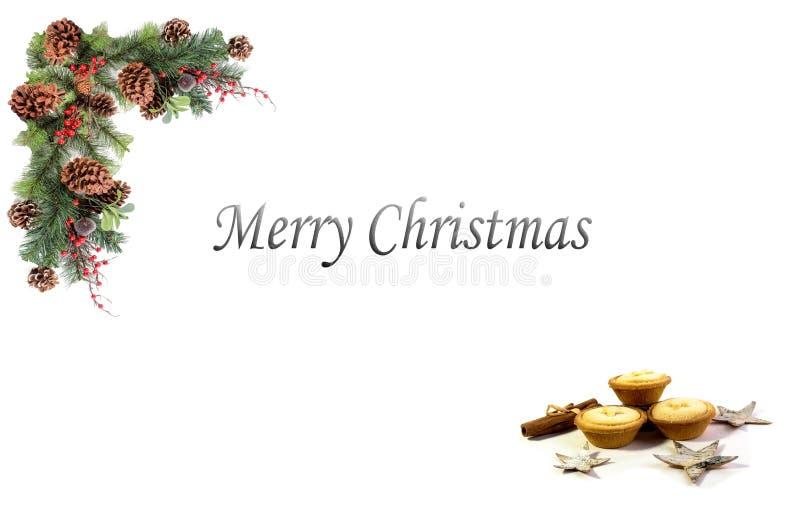 De rode bessen Kerstmis van achtergrondmarkeringsdenneappels en ingescheept door feestelijke slinger royalty-vrije stock afbeeldingen