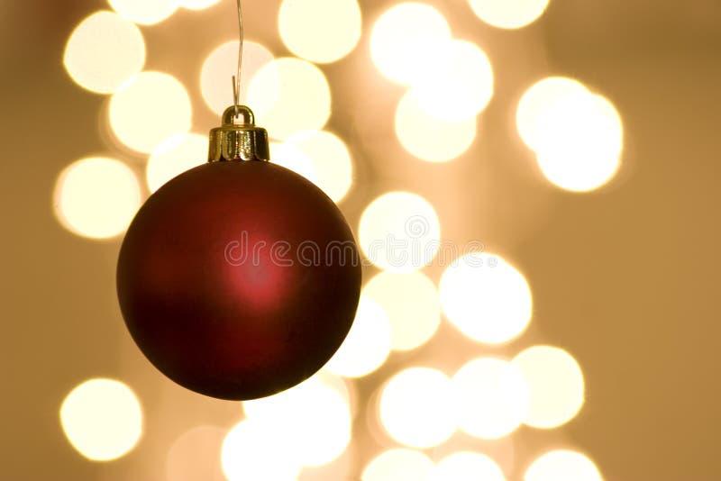 De rode Bol van Kerstmis met Lichten stock foto